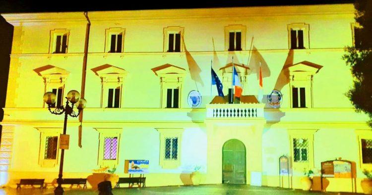 Anche a Tolfa illuminato     di giallo il palazzo comunale