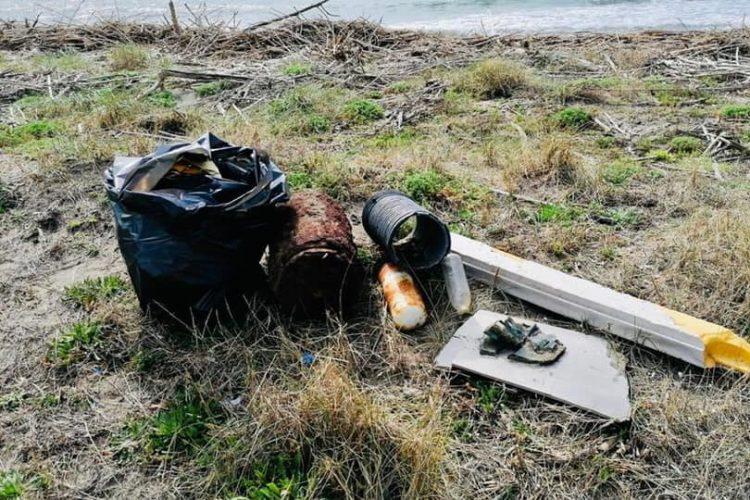 Ripulite le spiagge di Sant'Agostino     e San Giorgio: raccolti rifiuti di ogni genere