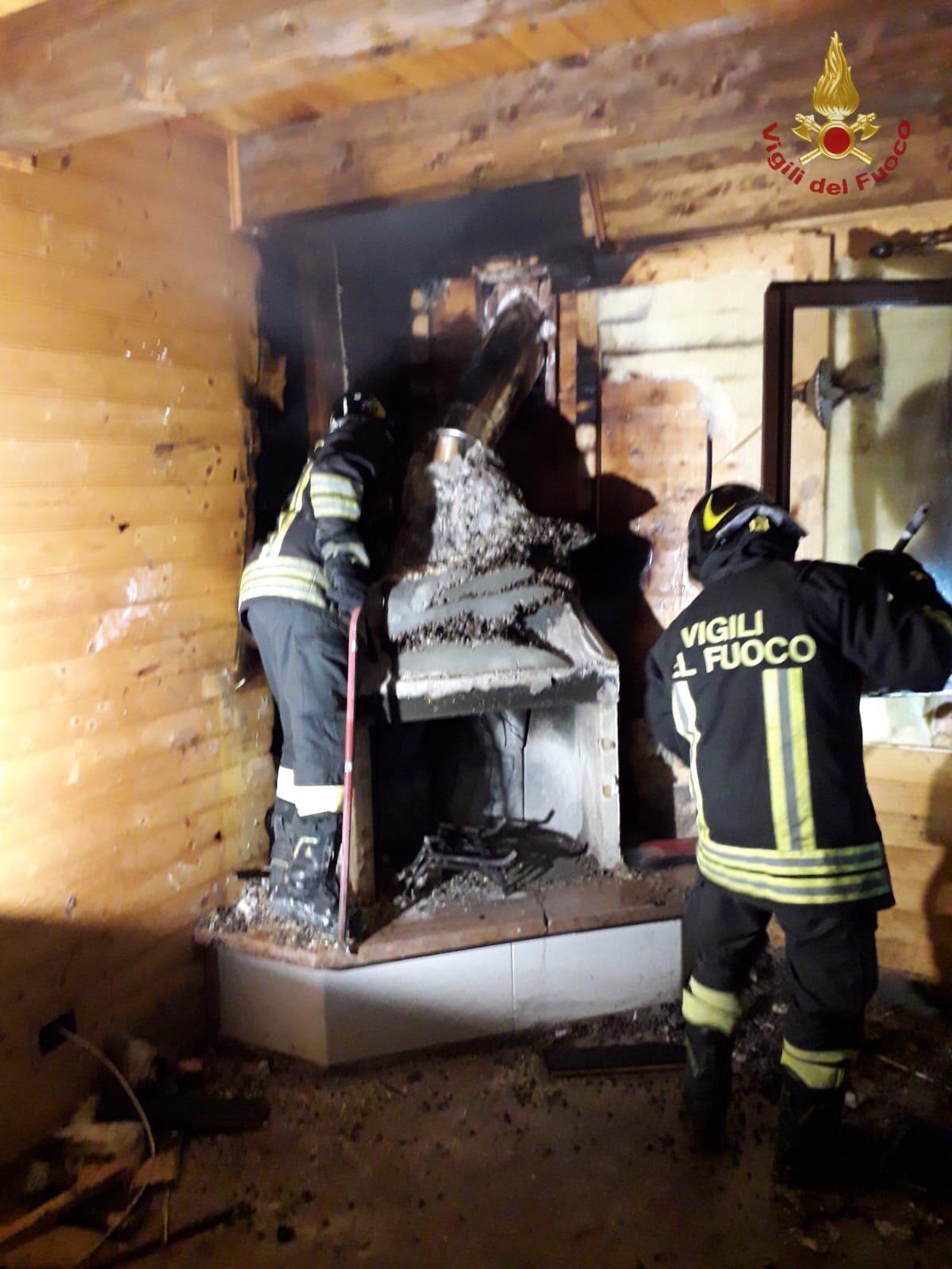 Canna fumaria in fiamme nella notte: intervento dei vigili del fuoco