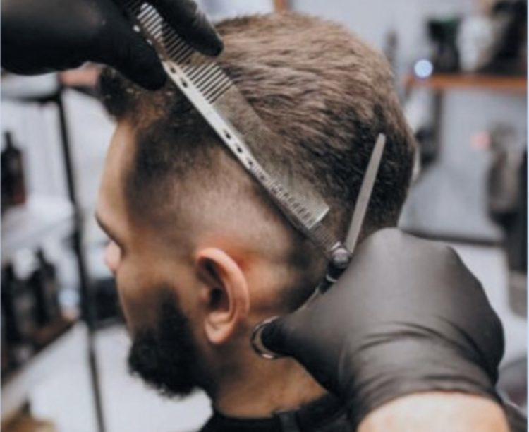 Il grido d'allarme di un  barbiere: «Lo Stato ci aiuti  o non ce la faremo»