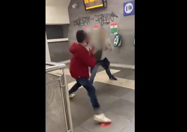 Bacia il compagno e viene aggredito: video