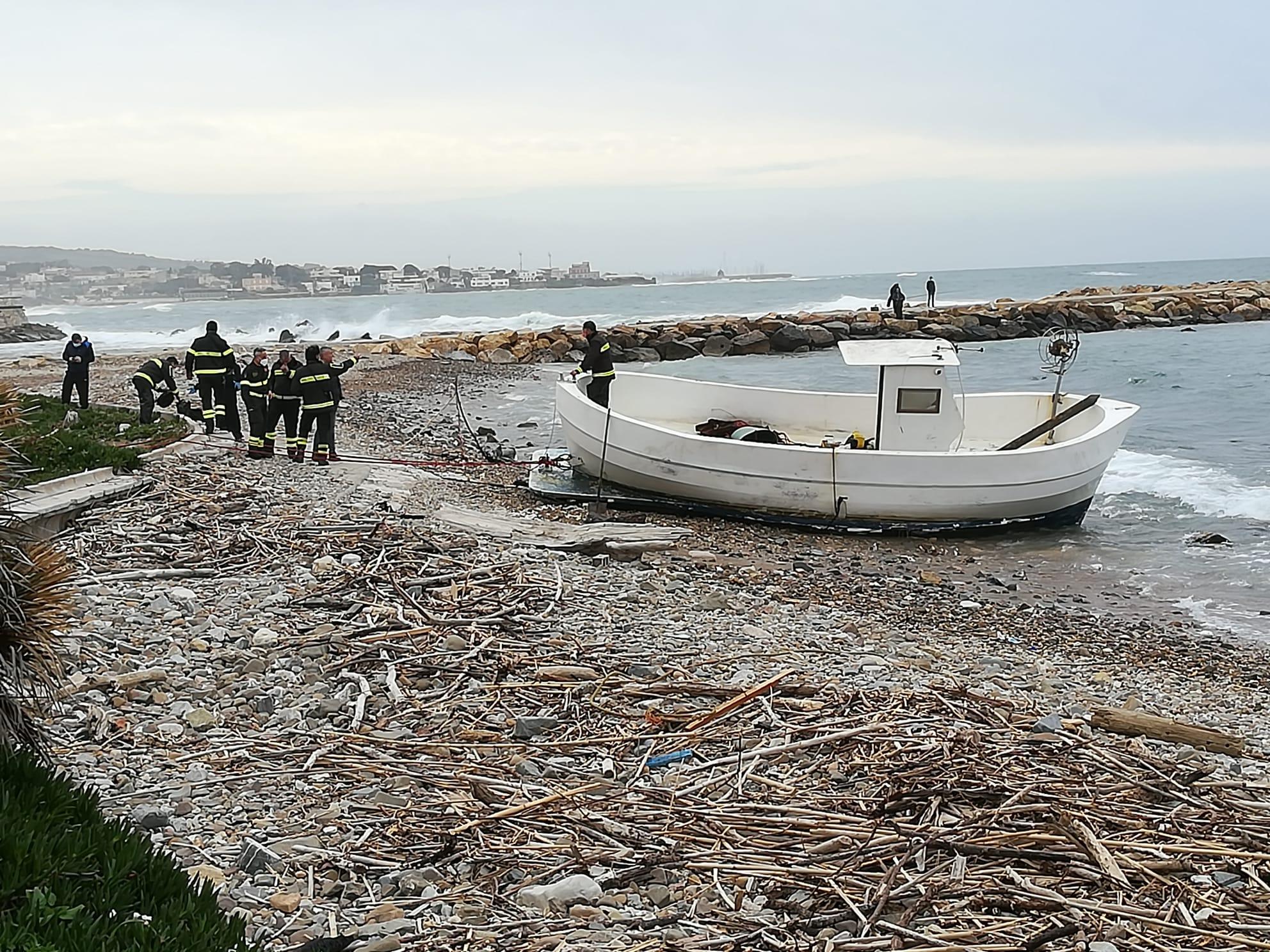 Portata a terra alla Marina dai vigili del fuoco la barca alla deriva al Pirgo