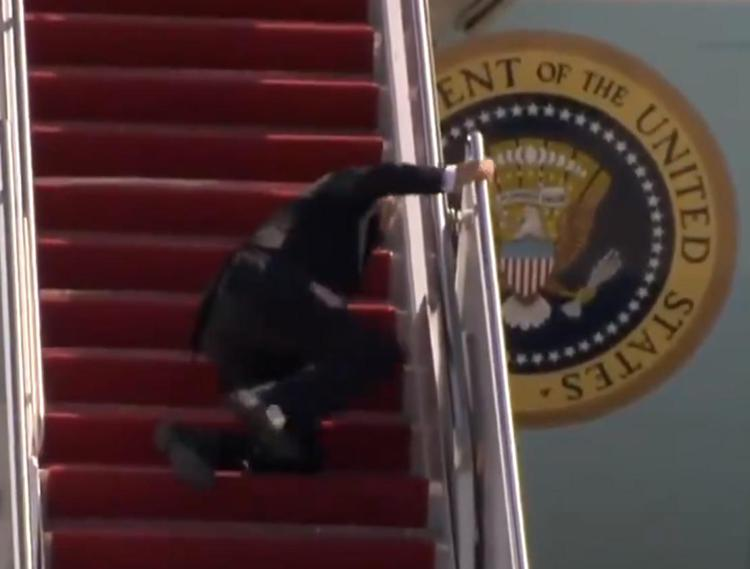 Biden cade 3 volte sulla scaletta dell'Air Force One – Video