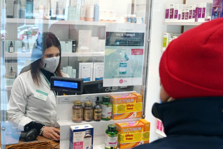 Vaccino covid in farmacia: come funziona, chi può farlo