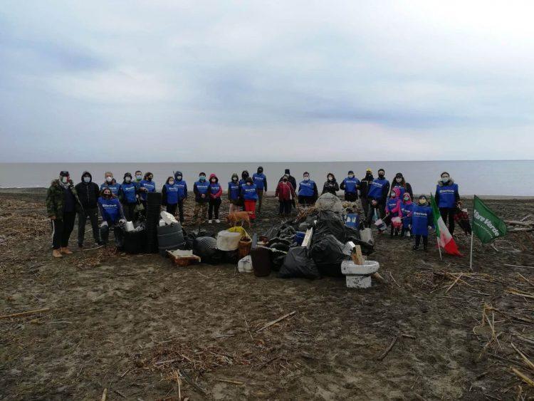Mare d'inverno, pulita la spiaggia di Spinicci-Pian di Spille