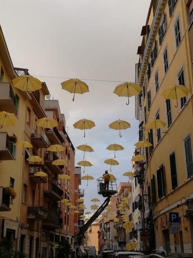 Festa della donna: a via Trieste ombrelli gialli, sul Pincio fasci di luce del colore della mimosa