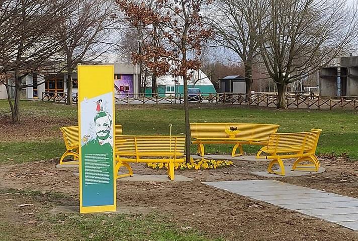 Una panchina gialla dedicata a Giulio Regeni