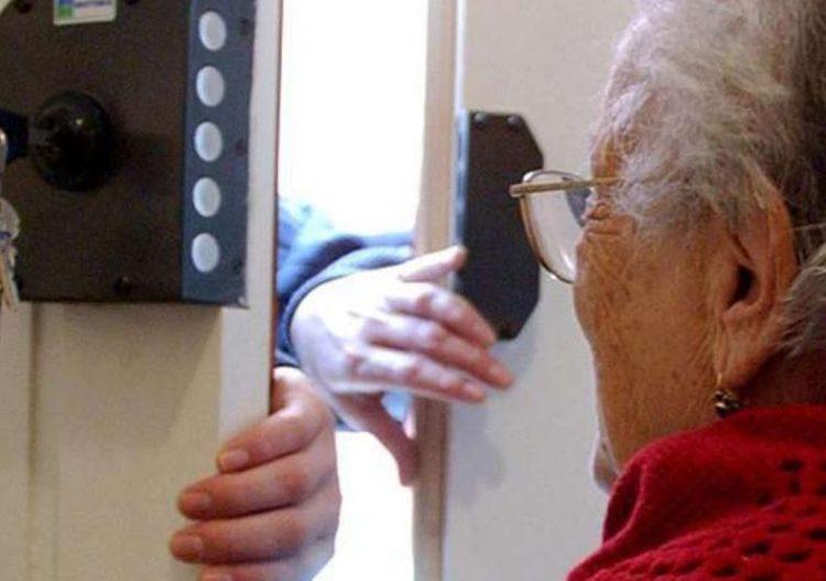 Ladre d'appartamento in azione: derubata coppia di anziani