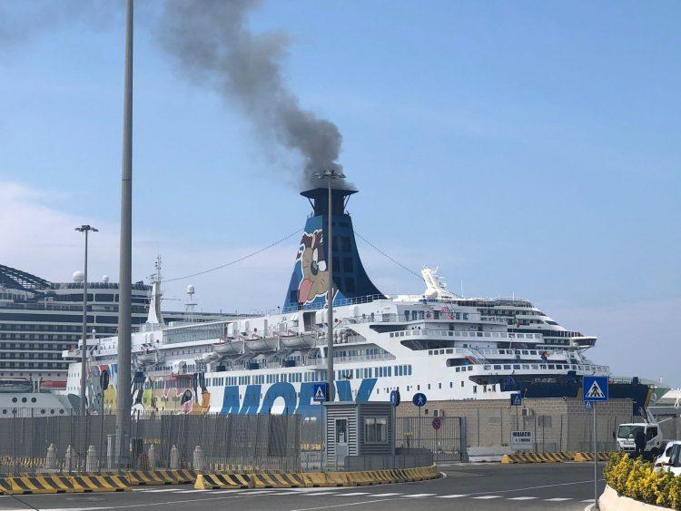 Fumo nero dal traghetto: ennesima segnalazione