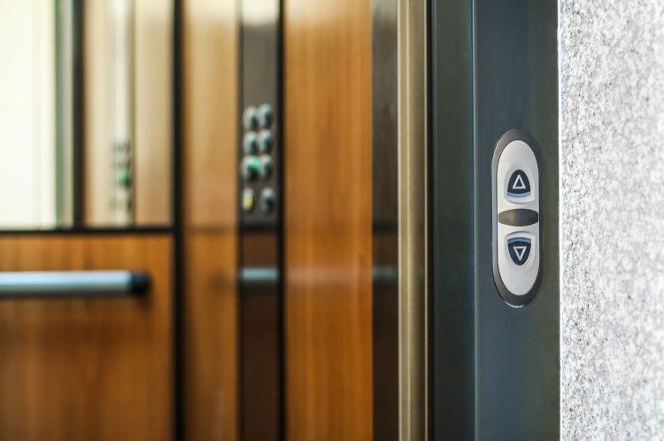 Ladispoli, donna bloccata in ascensore per un'ora: salvata dai vigili del fuoco
