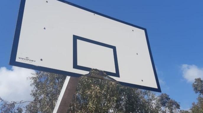 Una raccolta fondi per sistemare il campo di basket di via Luni