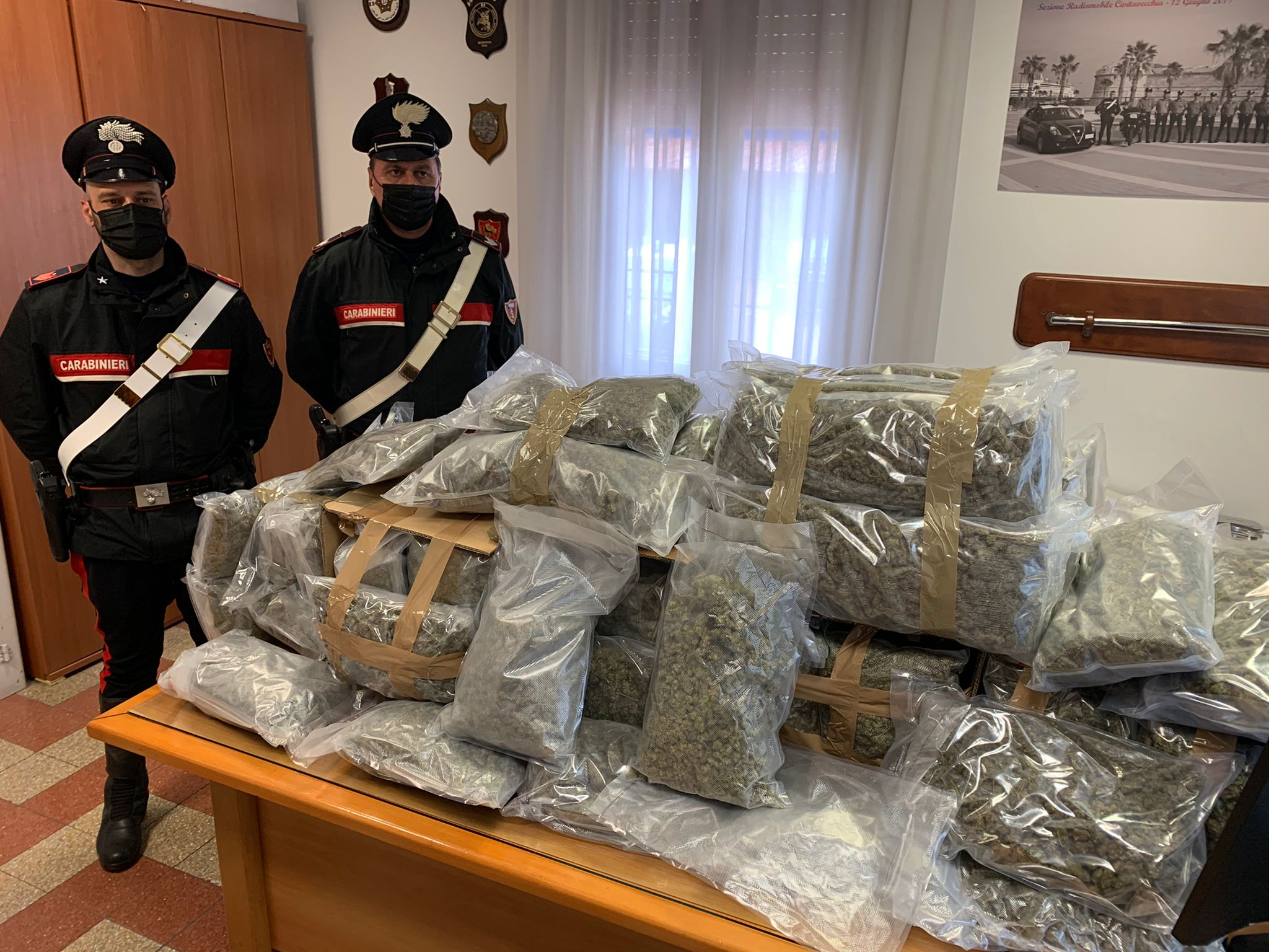 In auto con 60 chili di marijuana: arrestato