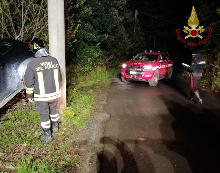 Incidente sulla Braccianese,     auto rischia di finire nella scarpata:     intervento dei Vigili del fuoco