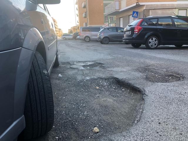 Buche come crateri in via Ansedonia, petizione dei residenti al Comune. FOTO e VIDEO