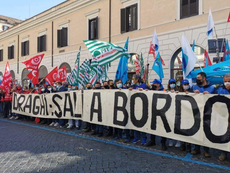 Crisi Alitalia, lavoratori ancora in piazza a protestare