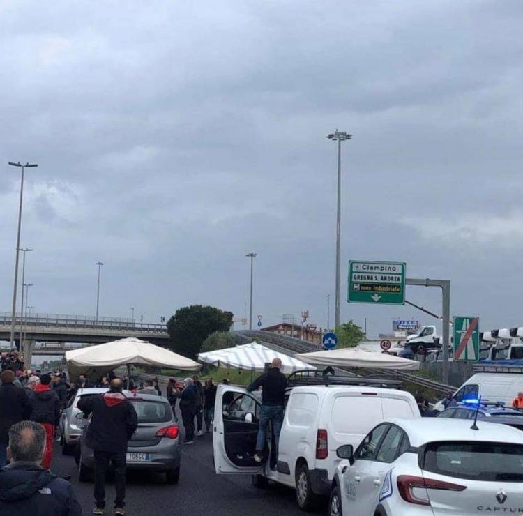 Ambulanti in protesta bloccano il Raccordo anulare, traffico in tilt
