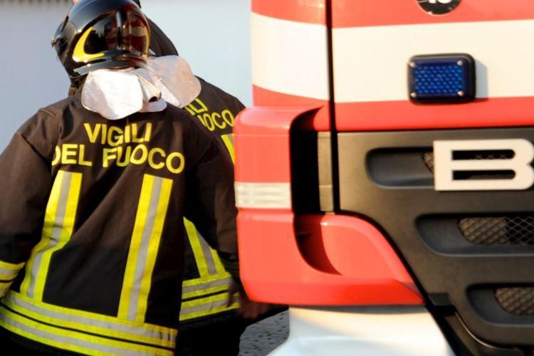 A fuoco il vano motore, intervento tempestivo dei vigili del fuoco