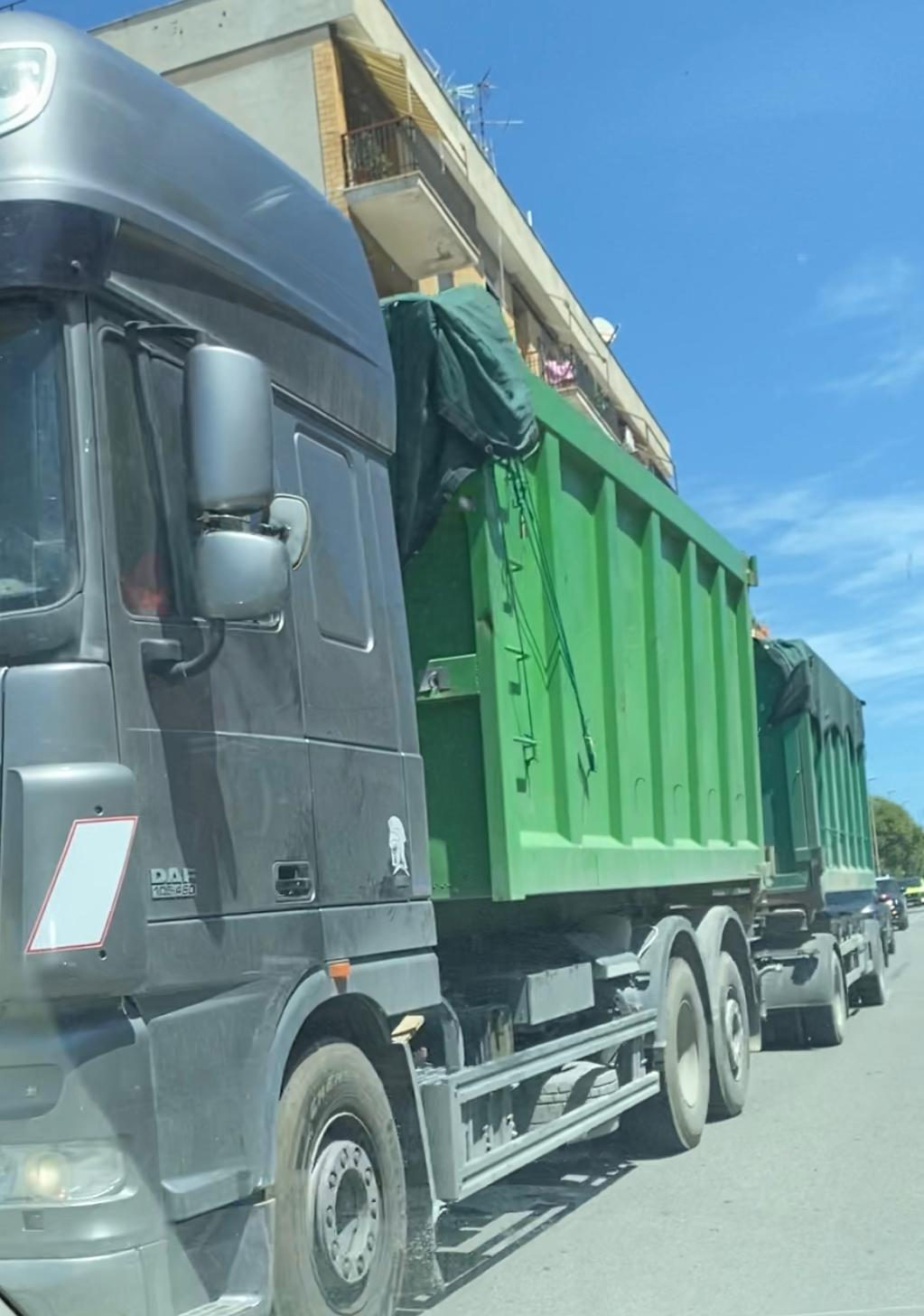Camion di rifiuti: è allarme in città