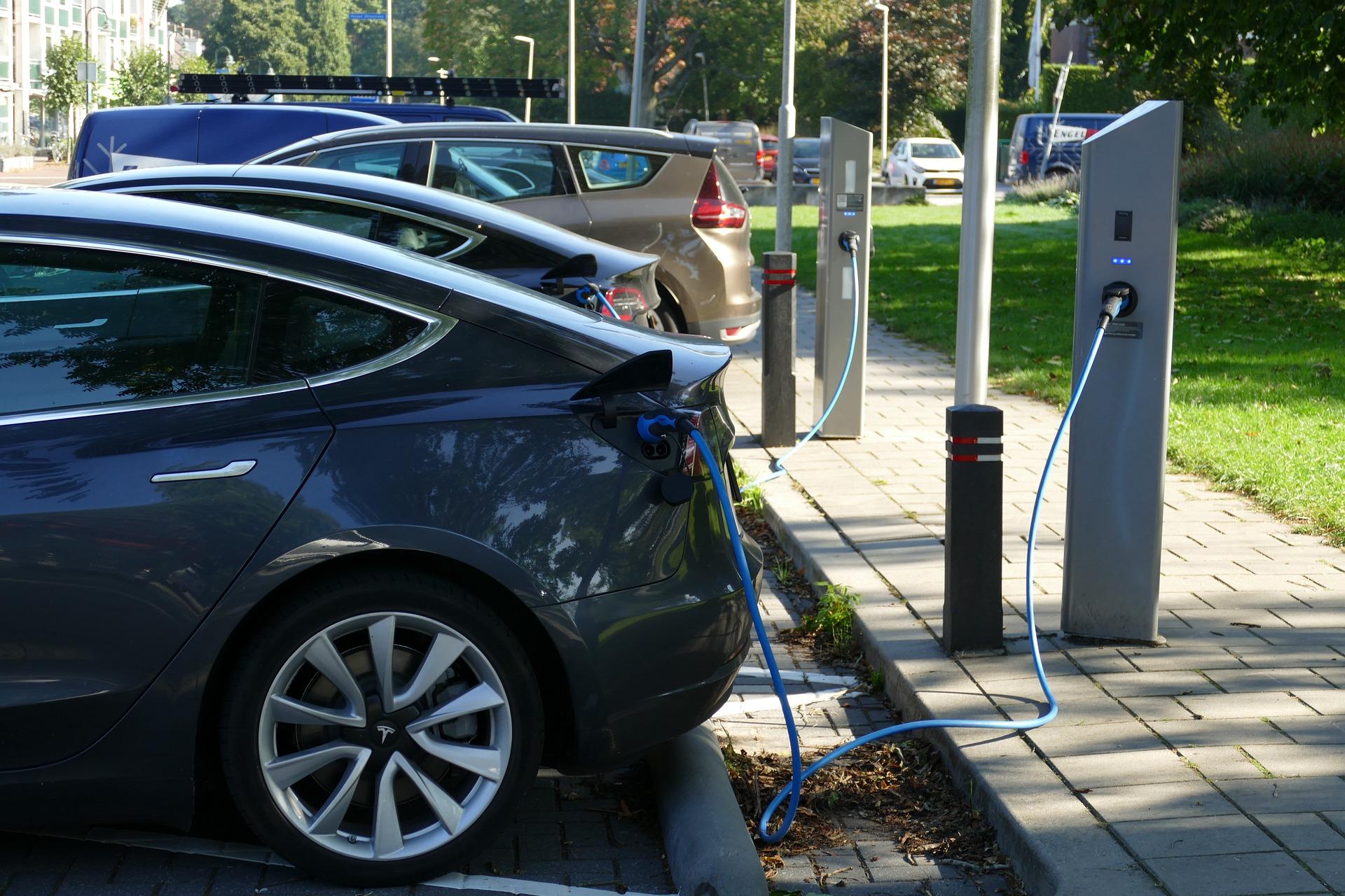 L'elettrico supera diesel e benzina: ecco cosa sapere su ricarica e colonnine