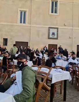Cena e musica all'aperto per dire no al coprifuoco: successo a Fiumicino