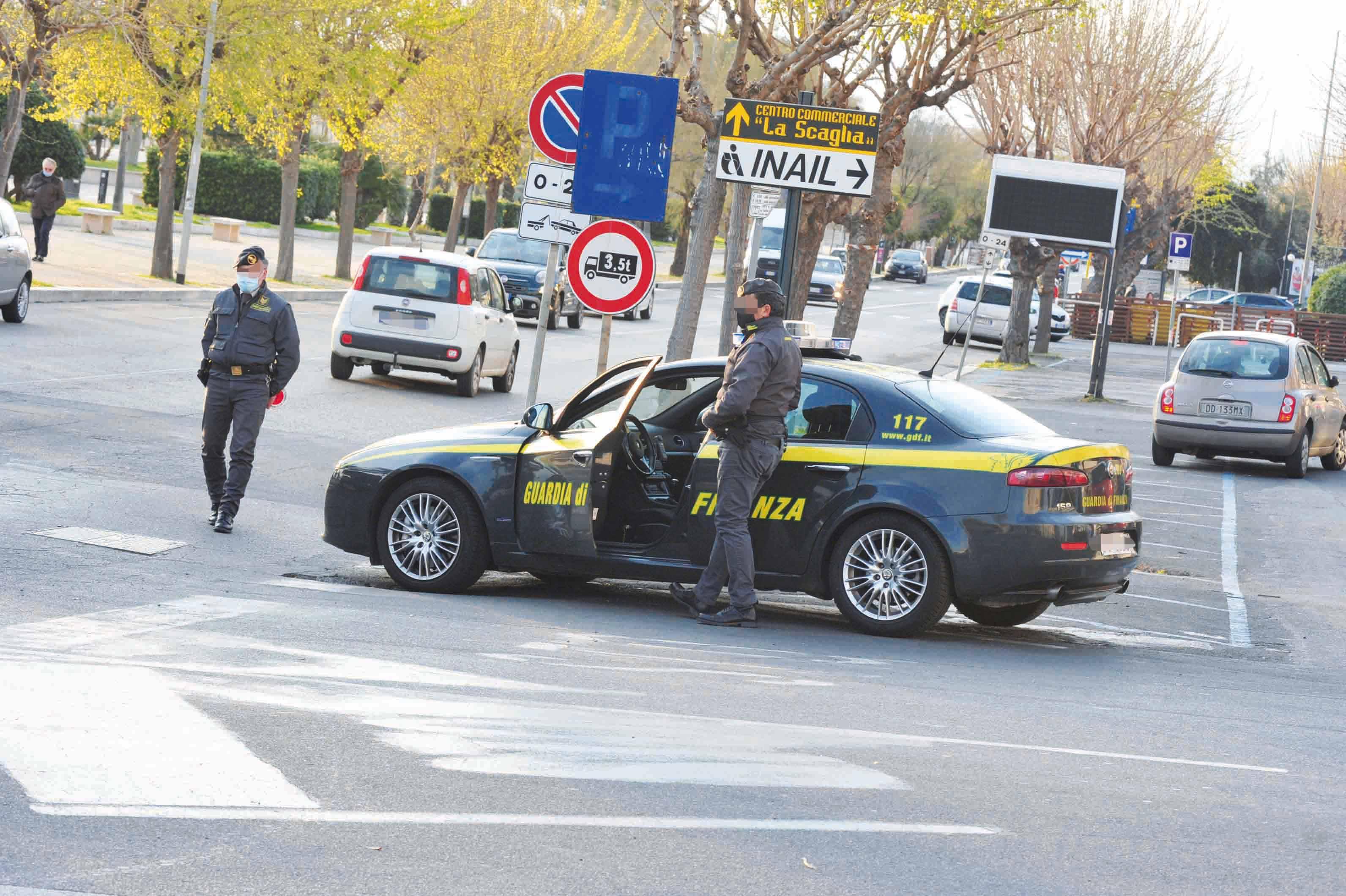 A spasso in auto senza patente: denunciato