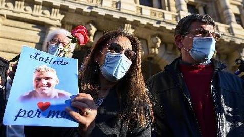 Omicidio Vannini, i genitori di Marco lasciano un mazzo di fiori bianchi sulla tomba del figlio