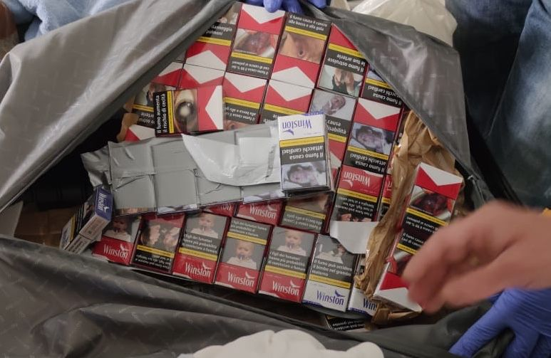 Sigarette di contrabbando sequestrate al porto dalla Guardia di finanza e dall'Agenzia delle Dogane