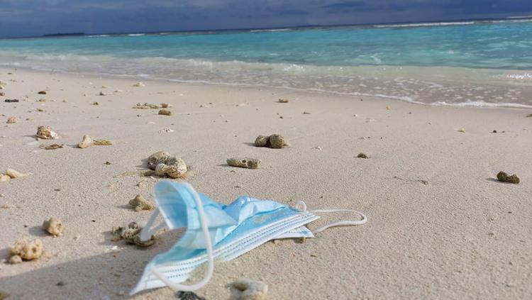 Mascherine smaltite male, un rischio per il mare