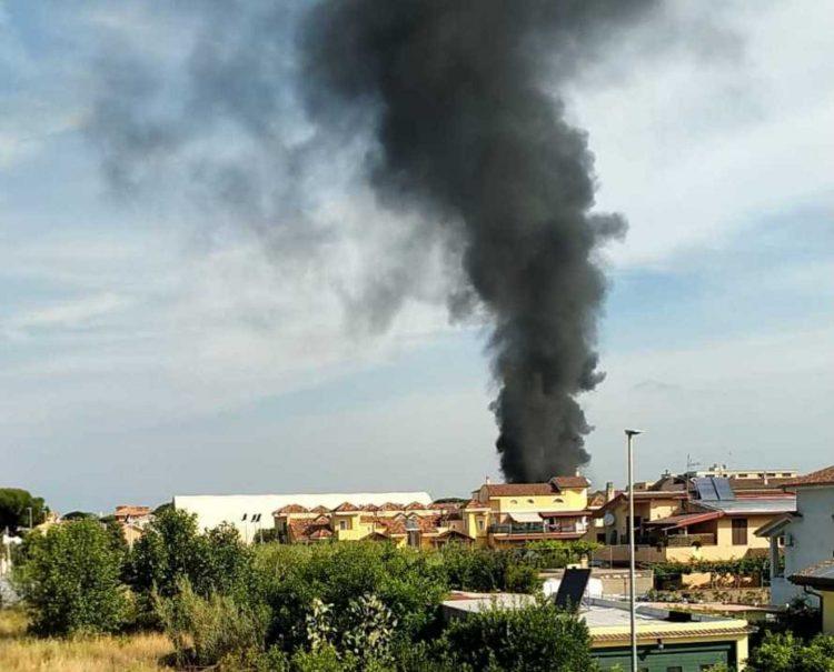 Fiamme in un deposito a via Cenni: nube nera invade il quartiere