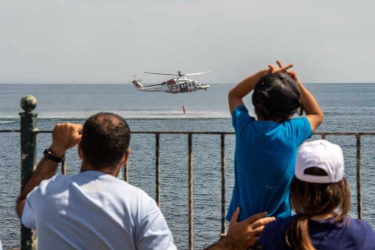 Santa Marinella, la Guardia costiera si esercita al soccorso in mare davanti ai piccoli pazienti dell'ospedale pediatrico Bambino Gesù
