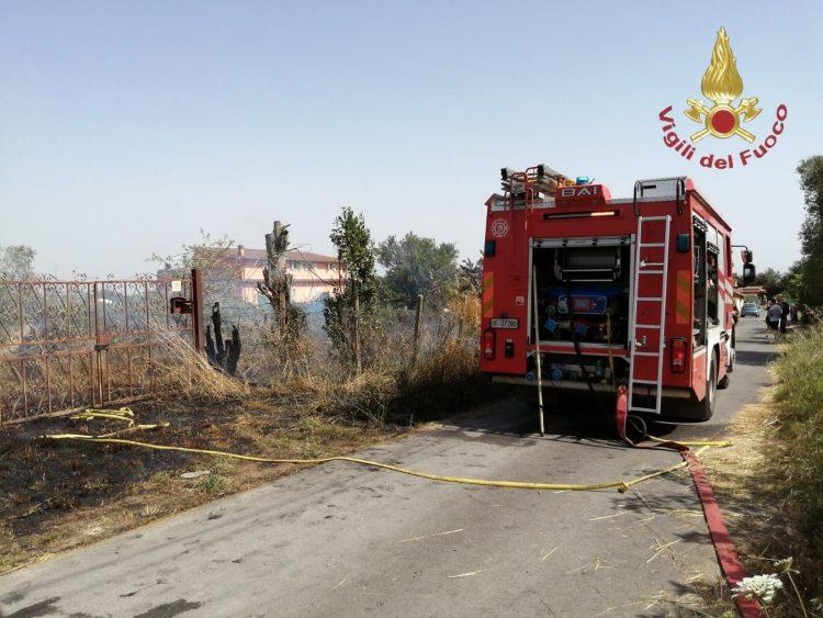 Incendio di sterpaglie, intervento dei vigili del fuoco a Bracciano