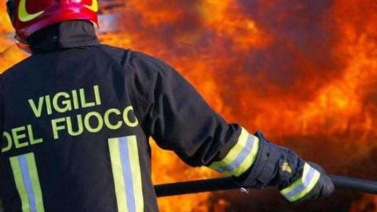 Magazzino in fiamme: intervento dei Vigili del fuoco