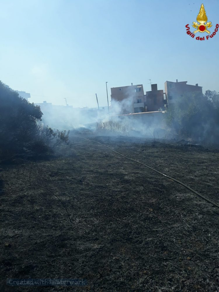 Incendio in via dei Fiori: paura per abitazioni e un deposito di bombole gpl