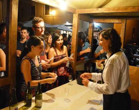 Divino Etrusco, ancora due sere tra degustazione vini, street food, musica e spettacoli per le vie del centro storico di Tarquinia