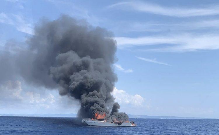 Imbarcazione in fiamme a largo di Tarquinia