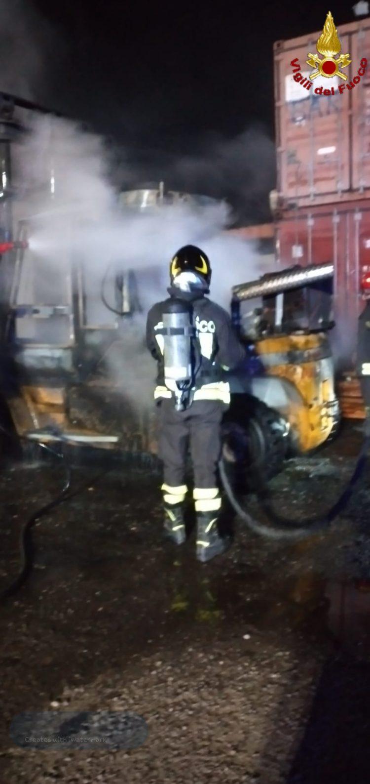 Muletto in fiamme nel deposito container: intervento dei Vigili del fuoco