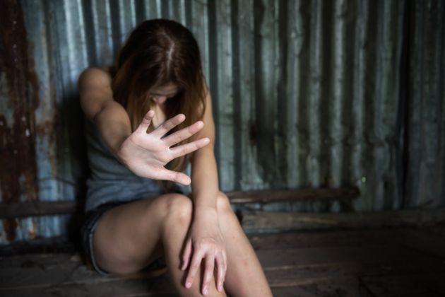 Quindicenne in vacanza violentata in un campeggio: identificato un giovane