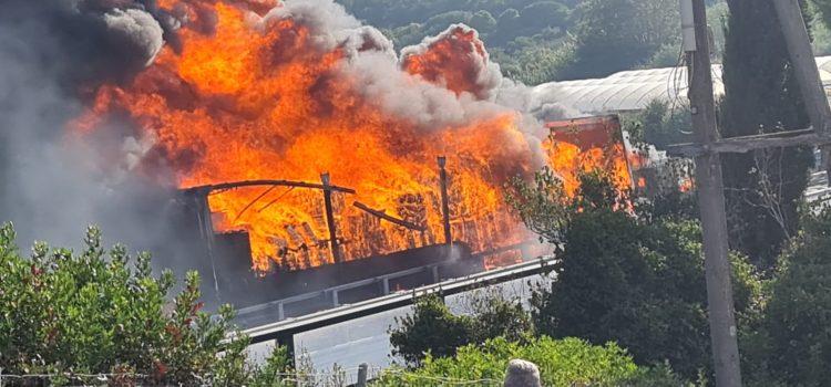 Tir in fiamme sull'autostrada A12 a Santa Marinella: traffico bloccato