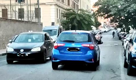 Via San Giovanni Bosco: bambini di corsa     a scuola per imparare il parcheggio in doppia fila