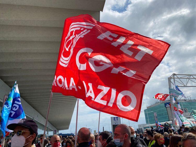 Alitalia, manifestazione dei lavoratori all'aeroporto di Fiumicino: bloccato un tratto di autostrada