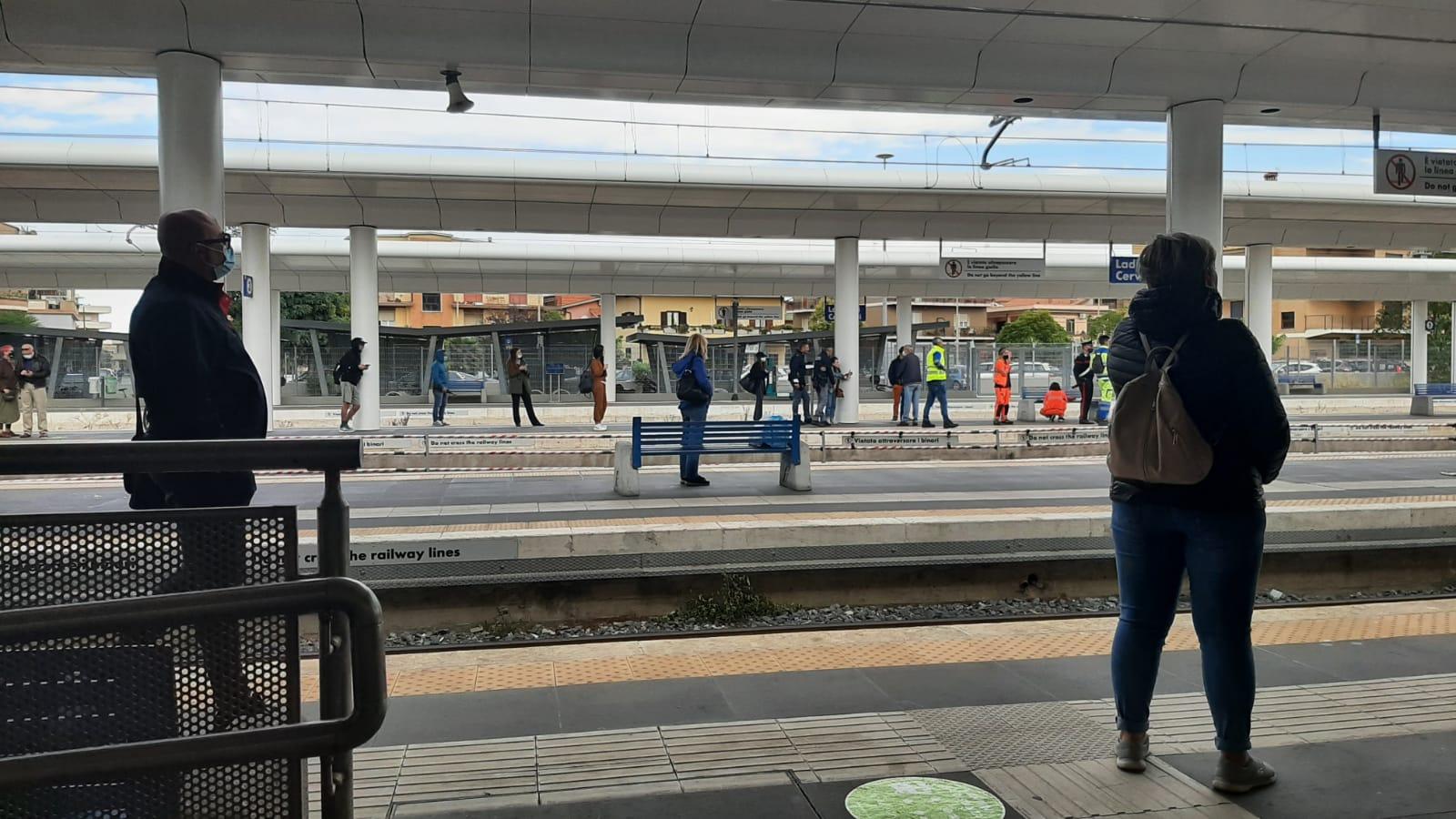 Treno investe 61enne a Ladispoli: morto sul colpo. Taffico ferroviario bloccato sulla linea Fl5 Roma Civitavecchia