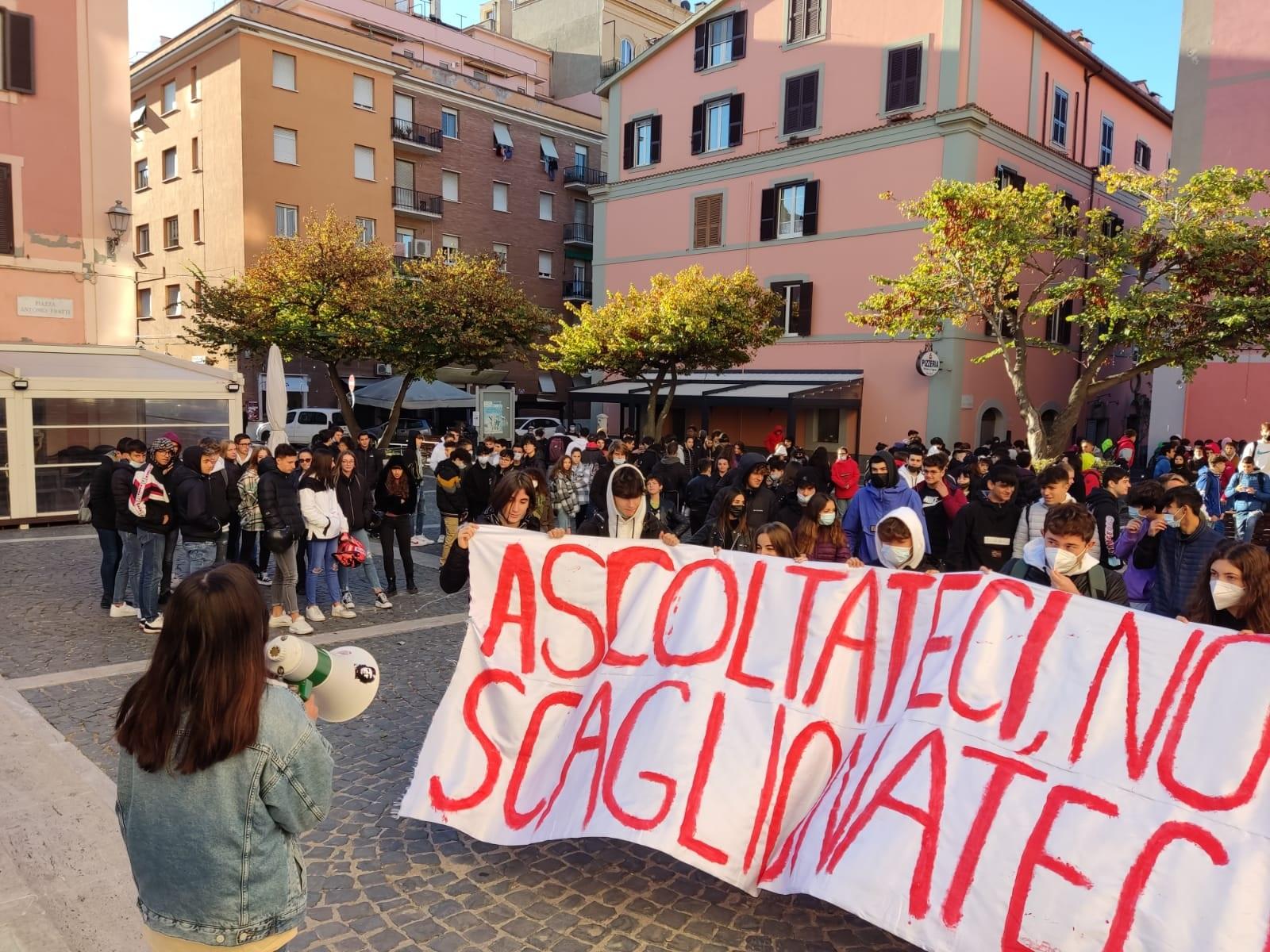 Civitavecchia, oltre 200 studenti sono scesi in piazza per dire no allo scaglionamento degli orari di ingresso